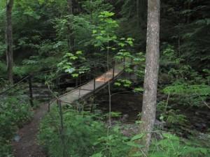 Idyllische Brücke im Tal