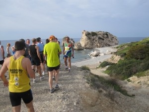 Läufer sortieren sich vor dem Aphrodite-Felsen